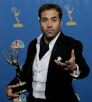 Jeremy Piven in sloppy tux